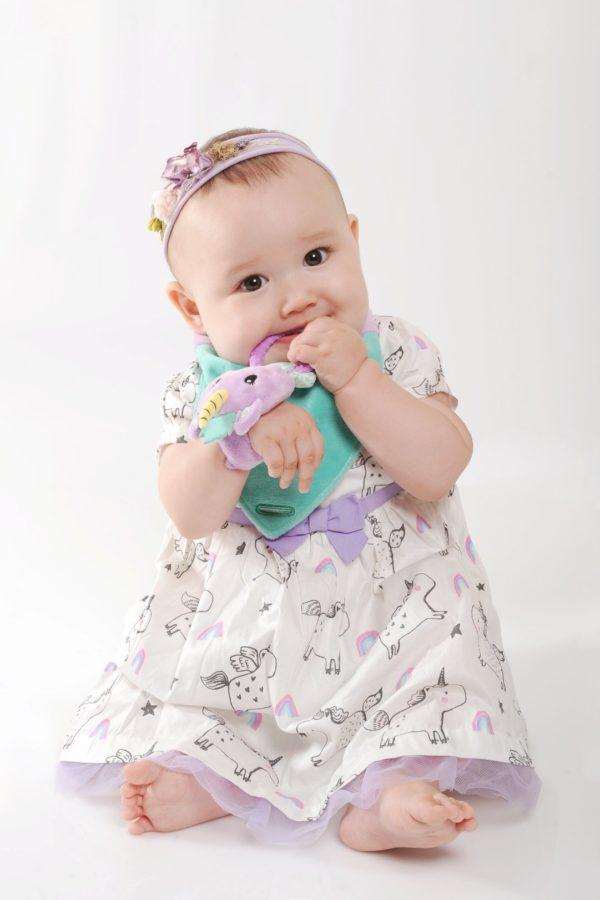 Bavoir bandana avec jouet d'éveil et anneau de dentition Unice La Licorne