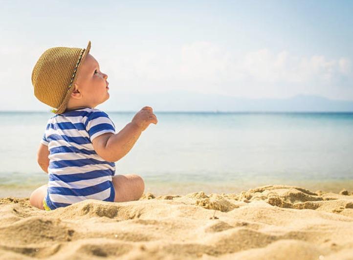 bébé nourrisson plage vacances fortes chaleurs été